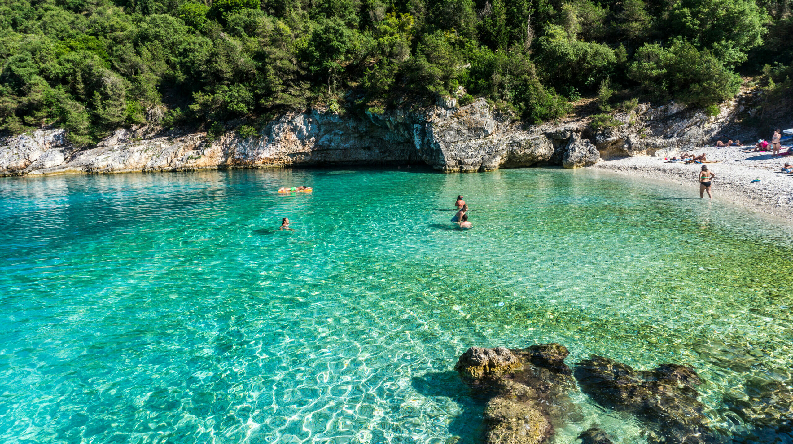 Dafnoudi in Kefalonia: The path that leads you to the magical beach