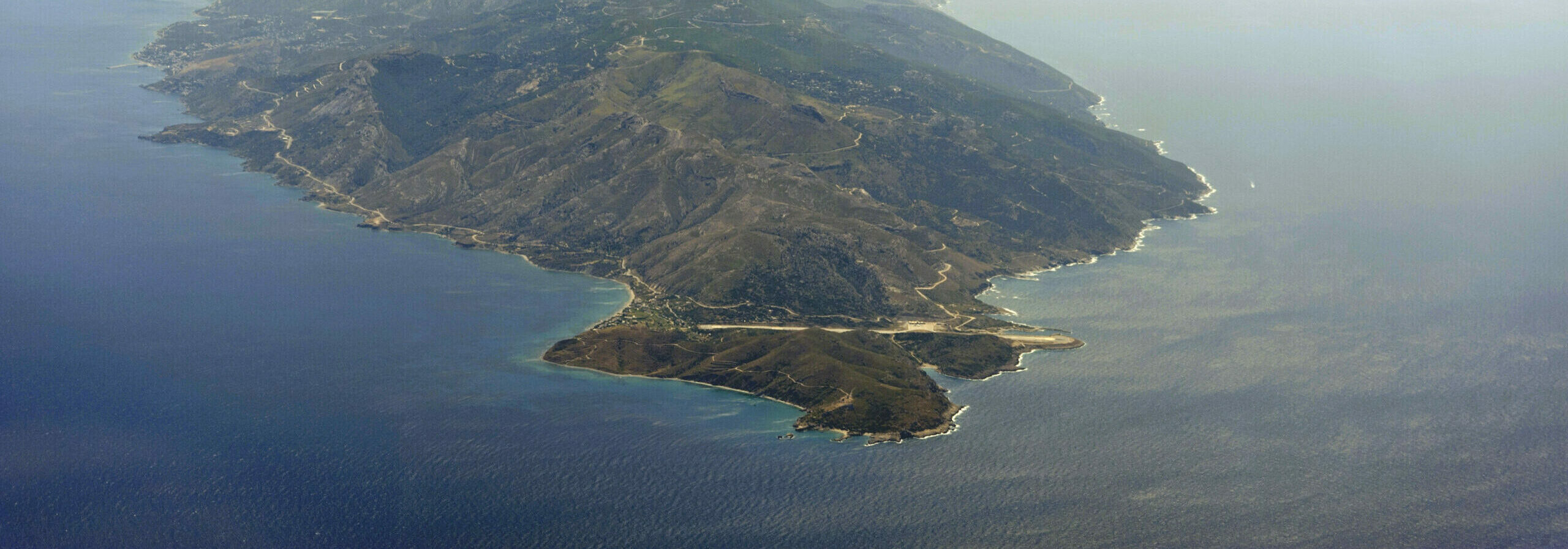 The impressive airports of the Aegean Islands that… touch the sea